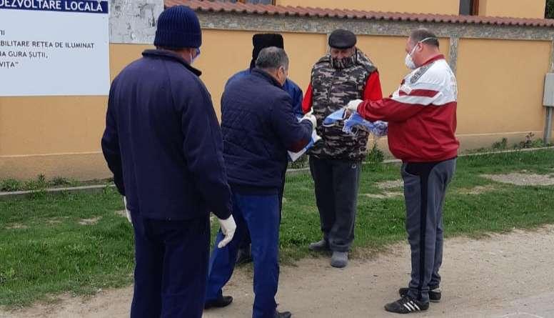 GURA ȘUȚII: Cetățenii primesc măști și mănuși de protecție din partea primăriei!