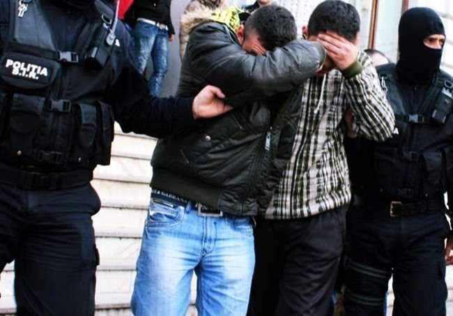 Trei bărbați, cercetați pentru furt calificat, reținuți de polițiști