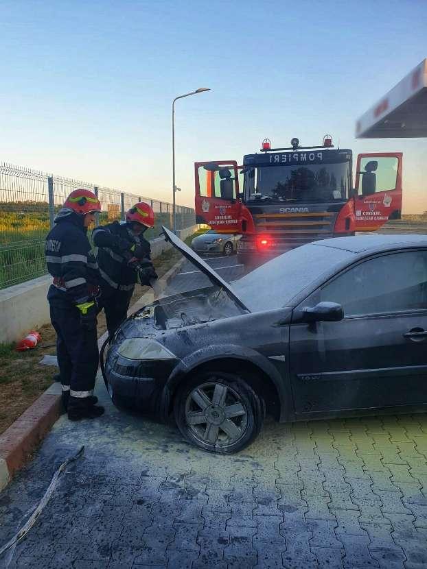 I-a luat foc mașina in parcare din cauza unui scurtcircuit