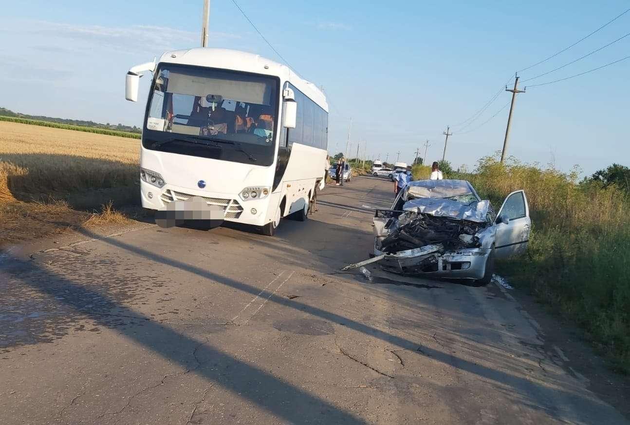 Un tânăr a decedat după ce a intrat cu autoturismul în spatele unui autobuz!
