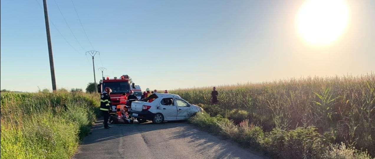 O persoană a murit iar alte patru au fost rănite după ce s-au răsturnat cu mașina
