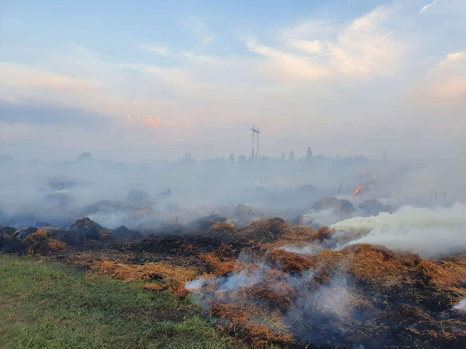 PRĂPĂD! Peste 45.000 de baloți s-au făcut scrum! Pompierii luptă de ieri cu flăcările!