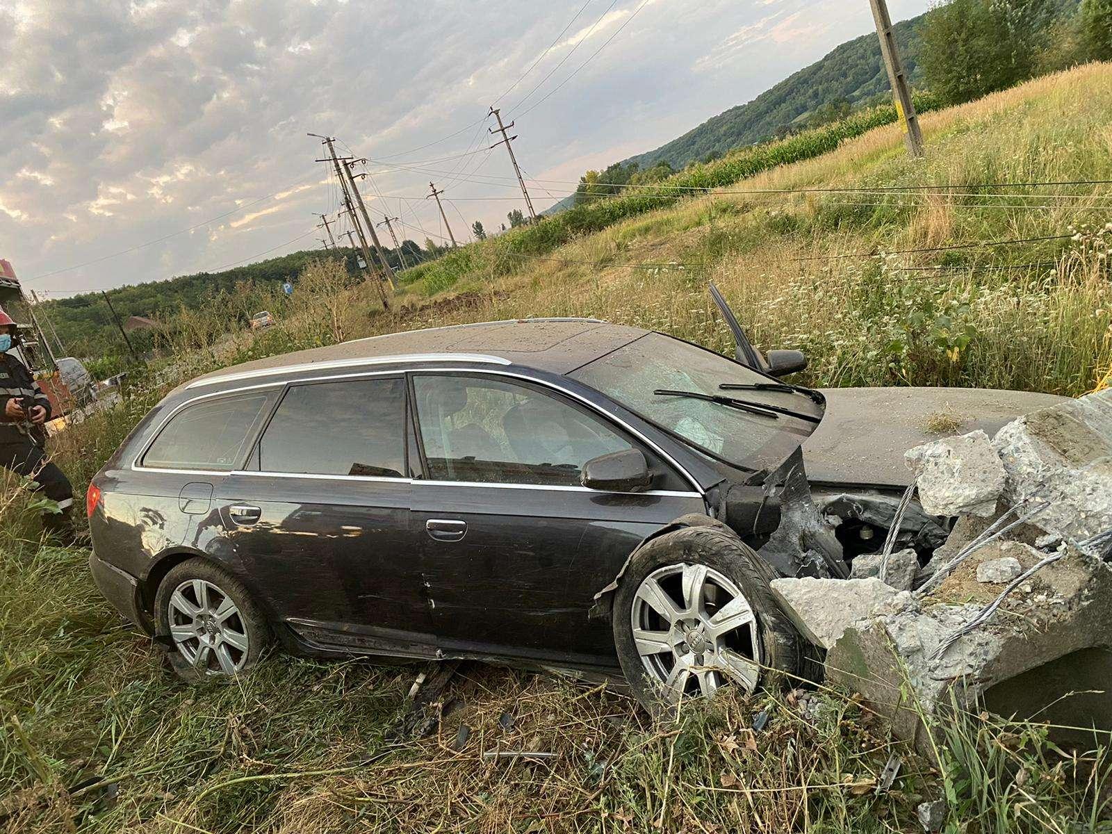 Un autoturism s-a izbit violent de un stâlp de beton! O persoană a fost rănită!