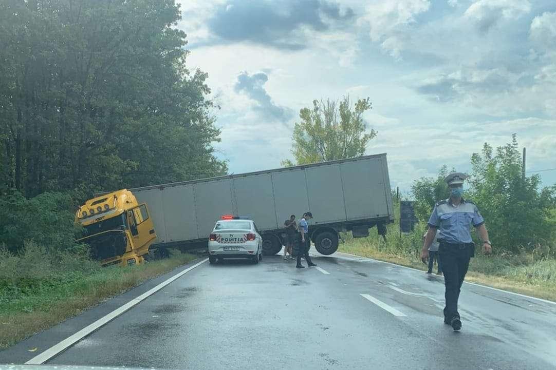 Din cauza vitezei a fost aproape de o tragedie! A pierdut controlul volanului și a intrat cu TIR-ul în șanț!
