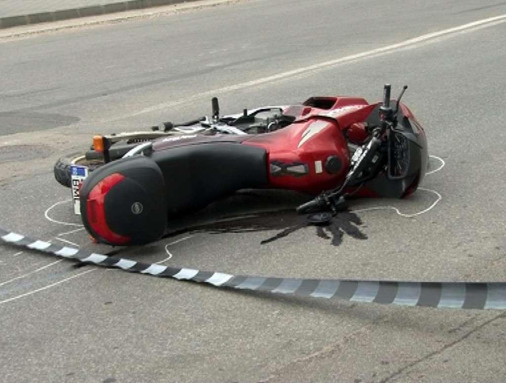 Un motociclist a intrat în 5 autoturisme pe Drumul Național 1!