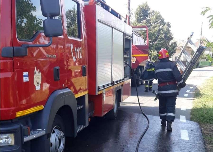 Incendiu la o casă și anexă din localitatea Gura Ocniței