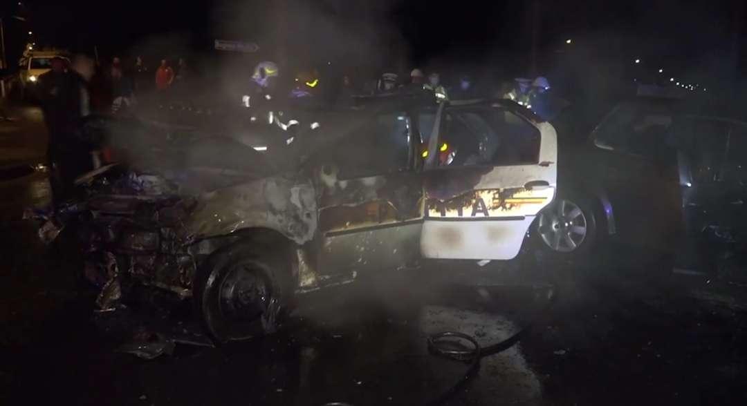 O autospecială de poliție a fost implicată într-un accident rutier pe raza municipiului Câmpulung, eveniment în urma căruia aceasta a luat foc, iar membrii echipajului mixt (2 polițiști și un jandarm) au fost răniți ușor