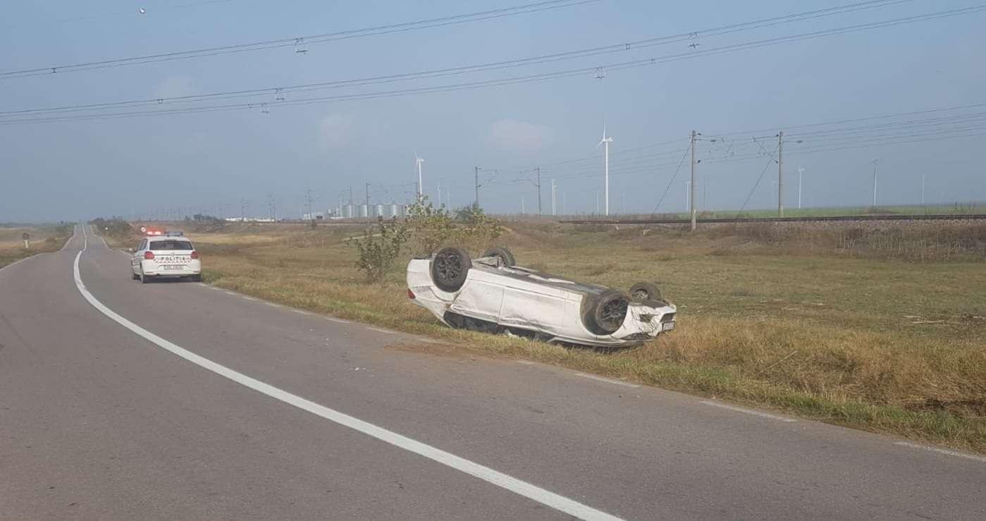 A pierdut controlul volanului și s-au răsturnat în afara părții carosabile