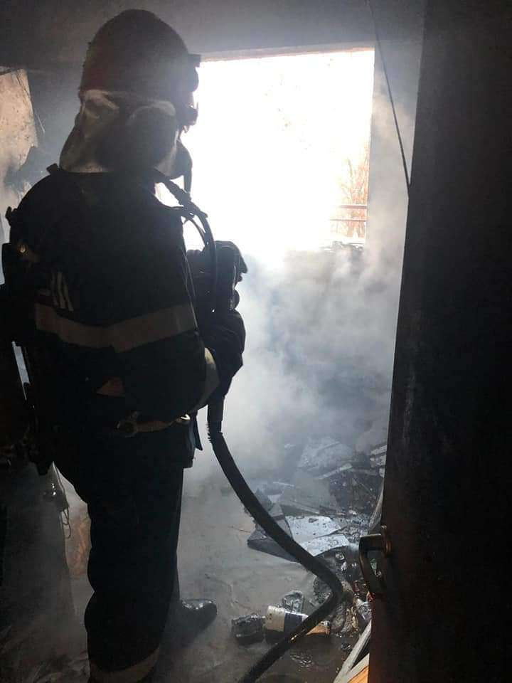 CĂLĂRAȘI Un apartament a fost cuprins de flăcări! Proprietarul a fost găsit căzut în locuință, intoxicat cu fum!