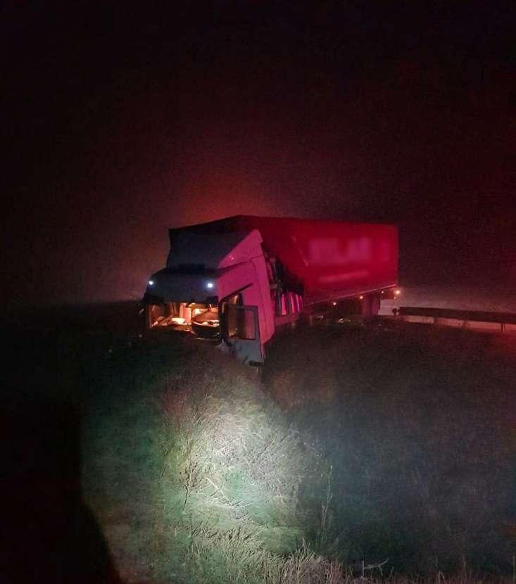 Accident pe Drumul Național 5! Șoferul a pierdut controlul volanului și a intrat cu TIR-ul în șanț