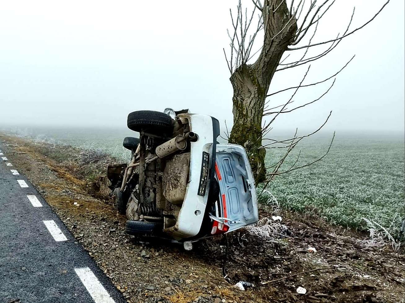 Un bărbat a pierdut controlul volanului și s-a răsturnat cu autoturismul, oprindu-se într-un copac de pe marginea drumului!