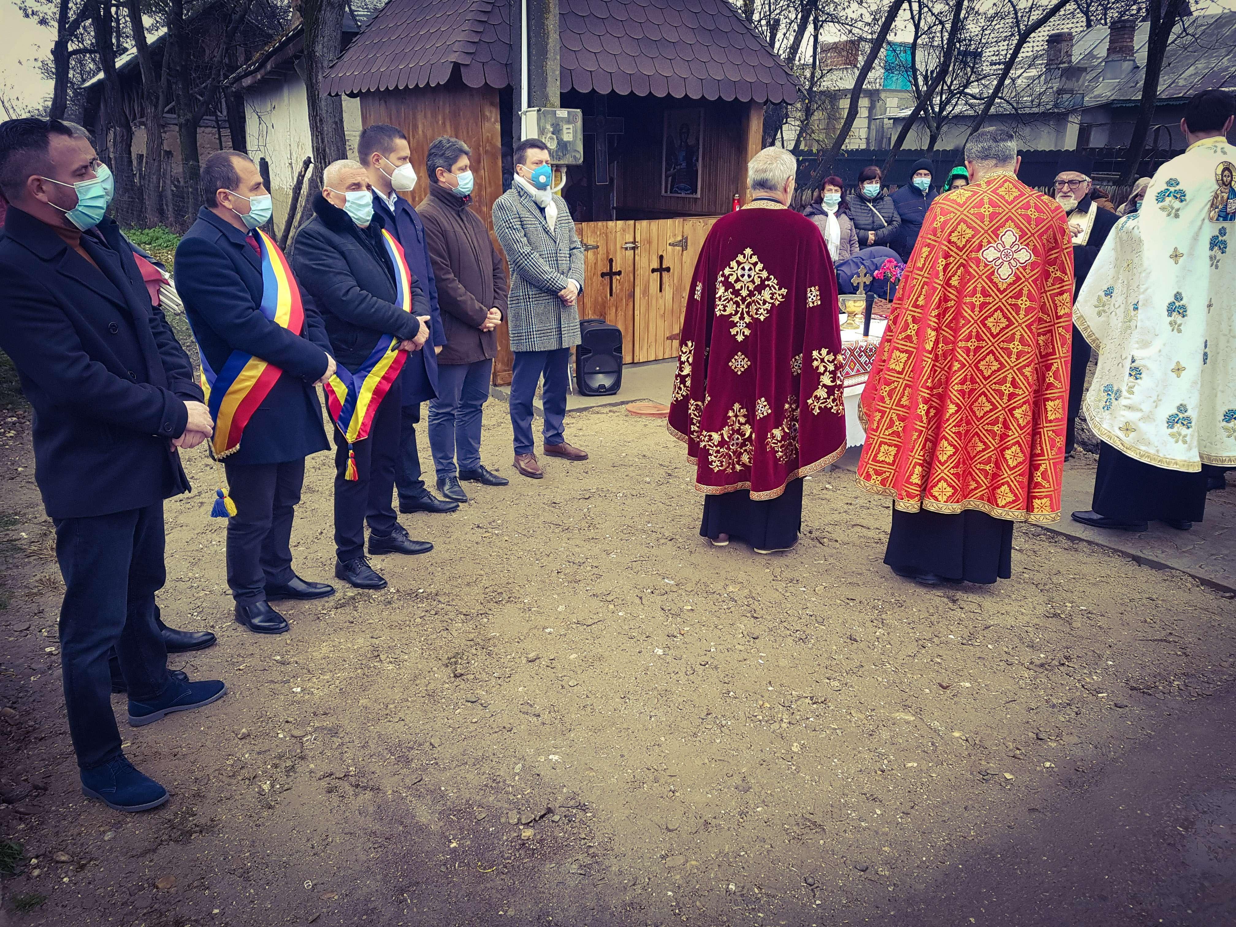 Moment emoționant de Sfântul Andrei, în comuna Gura Șuții! O troiță din anul 1901 a fost resfințită după ce a fost restaurată!