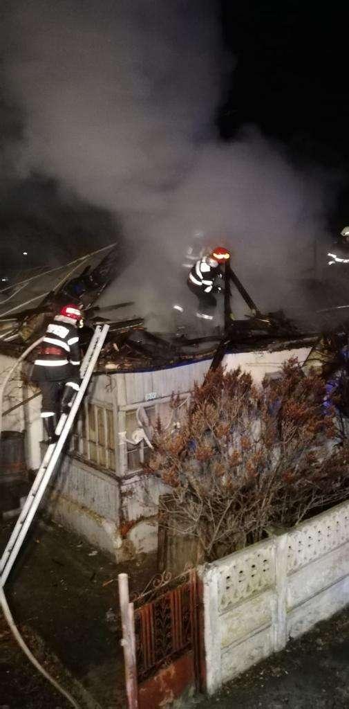 Doi bătrâni au rămas fără acoperiș deasupra capului în prag de iarnă după ce casa le-a fost cuprinsă de flăcări!