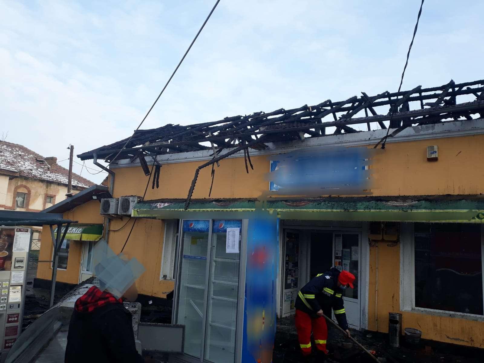 IALOMIȚA Un minimarket a fost cuprins de flăcări! Pompierii s-au luptat aproape trei ore pentru a limita propagarea incendiului!