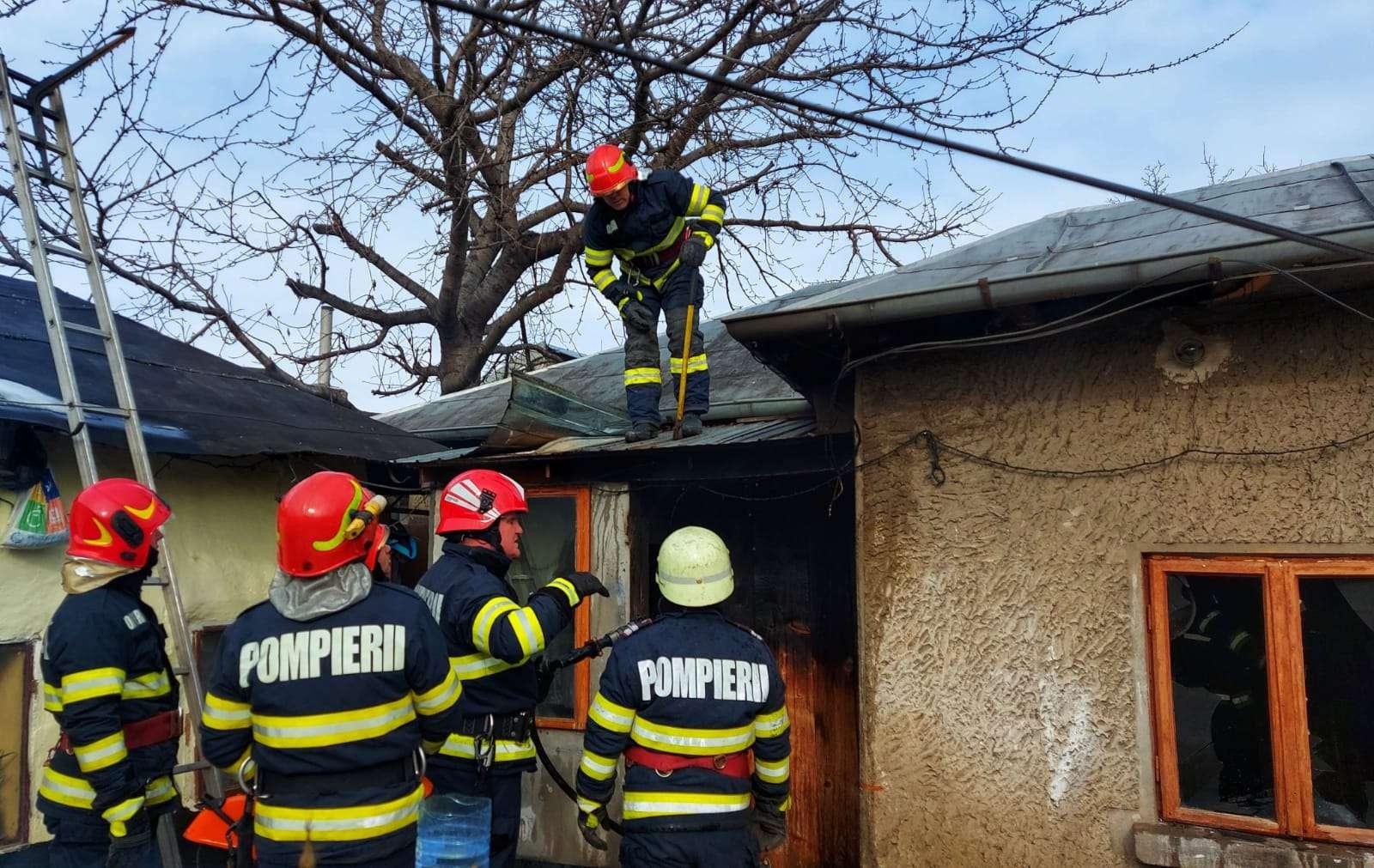 O familie a rămas fără acoperiș deasupra capului în plină iarnă după ce locuința le-a fost cuprinsă de flăcări!