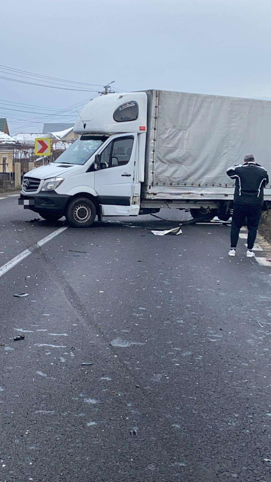 Accident pe Drumul Național 7, între un autoturism și o autoutilitară!
