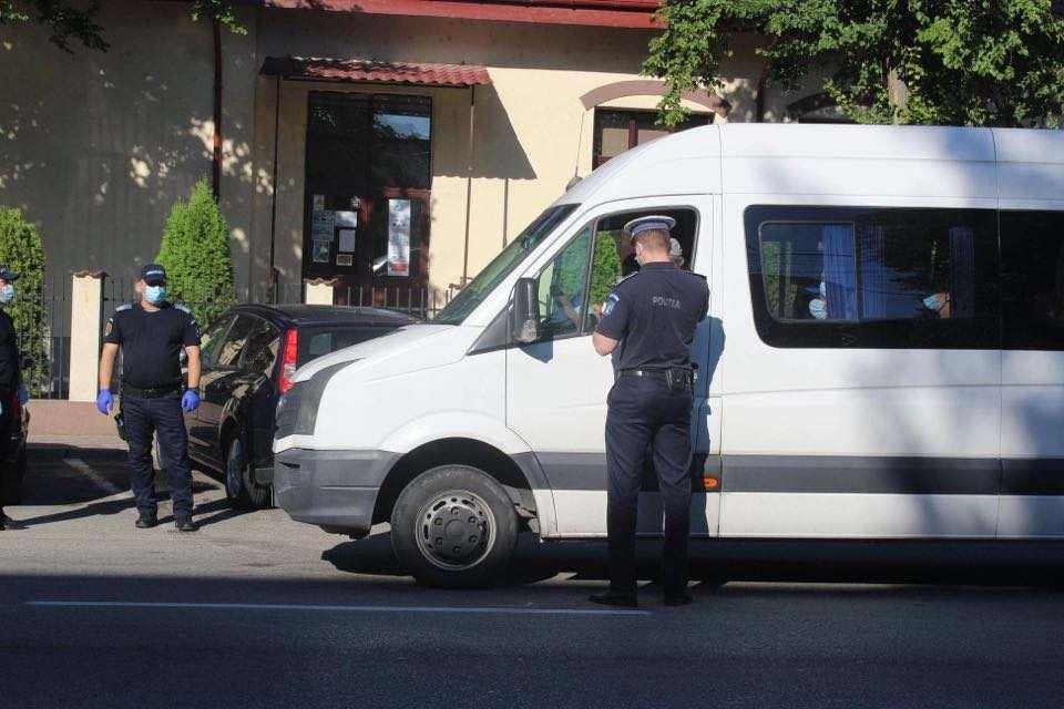 Soferul unui maxi-taxi prins de politisti in timp ce transporta mai multe persoane decât numărul de locuri