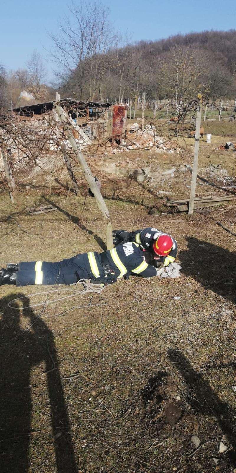 O altfel de intervenție! Se afla într-un puț dezafectat cu o adâncime de aproximativ 12 metri