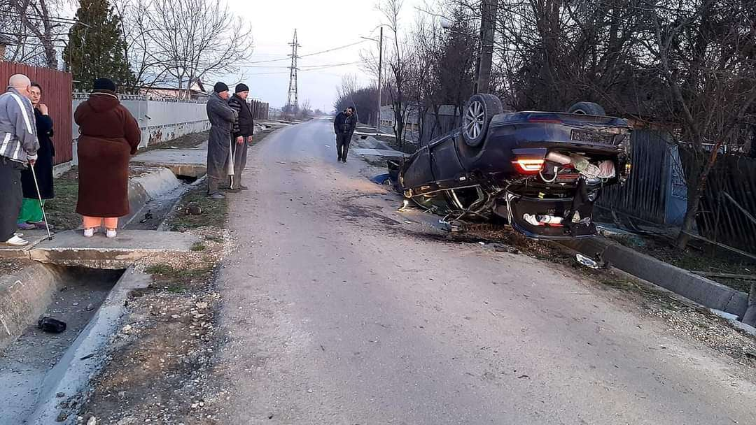 Au fost aproape de o TRAGEDIE după ce au lovit cu autoturismul un cap de pod și s-au răsturnat
