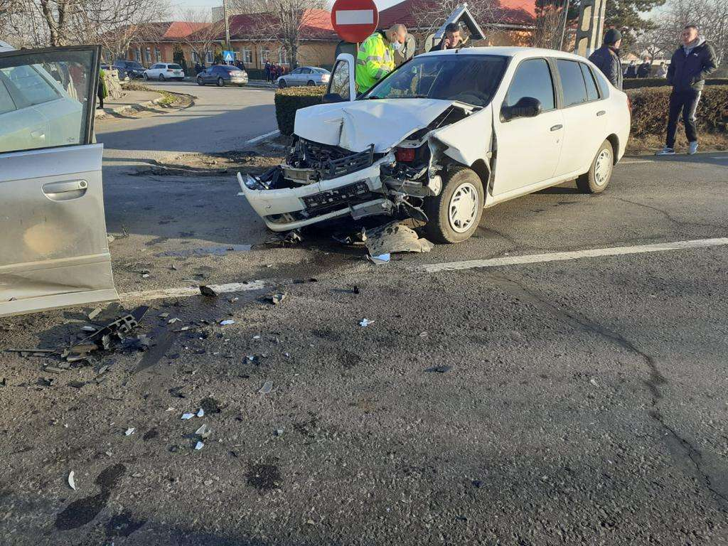 Accident violent pe Drumul Național 2A! Două persoane au ajuns la spital!