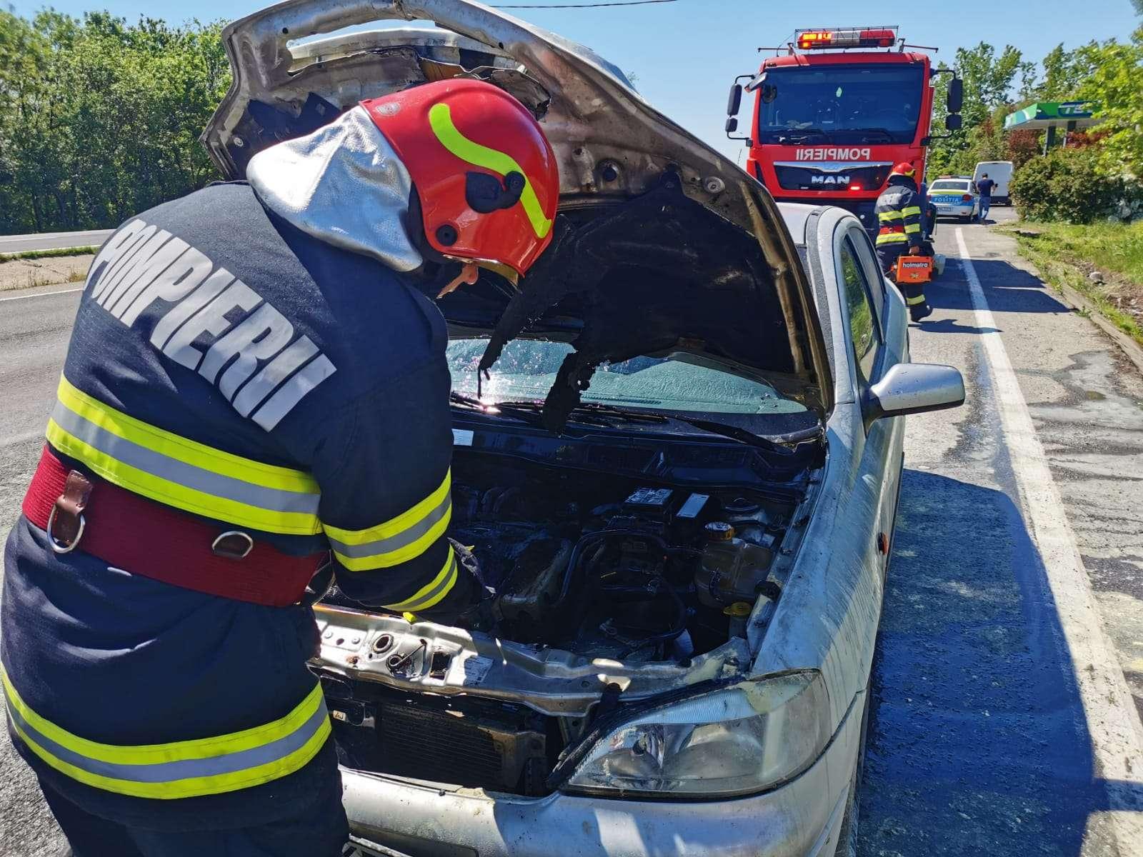 Un autoturism a luat foc în această după amiază pe Drumul Național 5