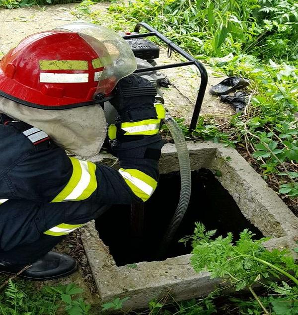 Un bărbat de aproximativ 55 de ani şi-a găsit sfârşitul într-un bazin cu apă adânc de aproximativ 7 metri în propria gospodărie