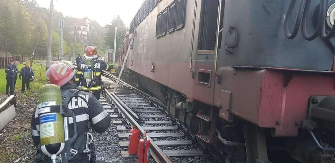 Locomotiva unui tren Regio de călători care circula pe ruta Braşov-Bucureşti a fost cuprinsă de flăcări