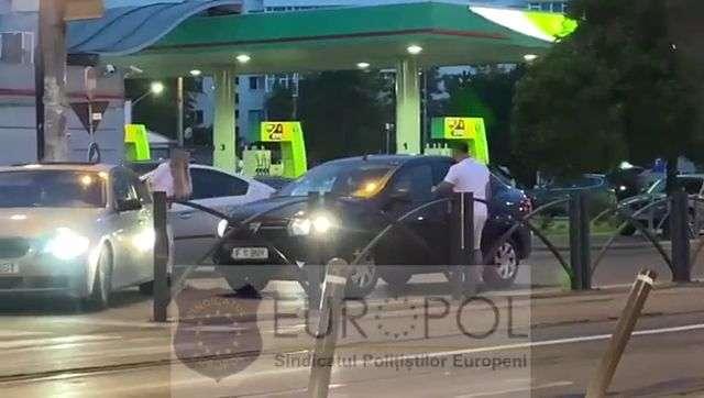 Incident INCREDIBIL în traficul din Bucureşti! Autoturism distrus în plină stradă!
