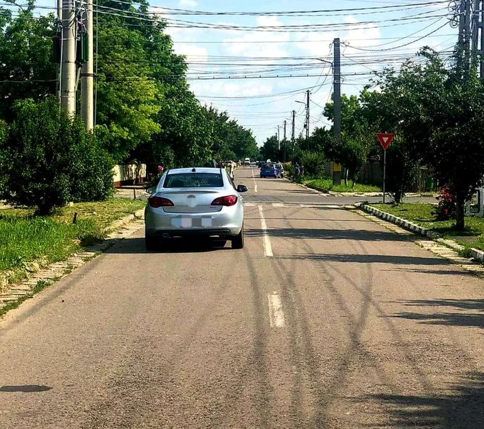 Copil de 3 ani lovit în plin de un autoturism în timp ce traversa strada!