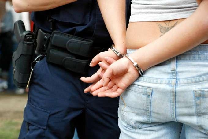 Prostituată reţinută după ce i-a furat unui client 4.000 de lei din portofel