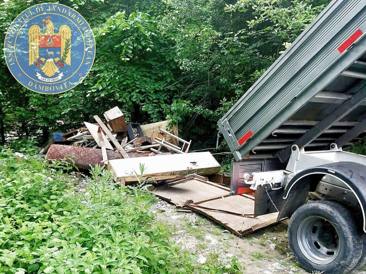 DÂMBOVIȚA Prinși de jandarmi în timp ce descărcau deșeuri în fondul forestier național